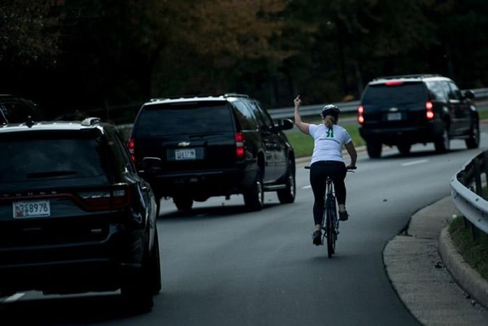 美国骑车女子对路过的特朗普总统车队竖中指被炒鱿鱼