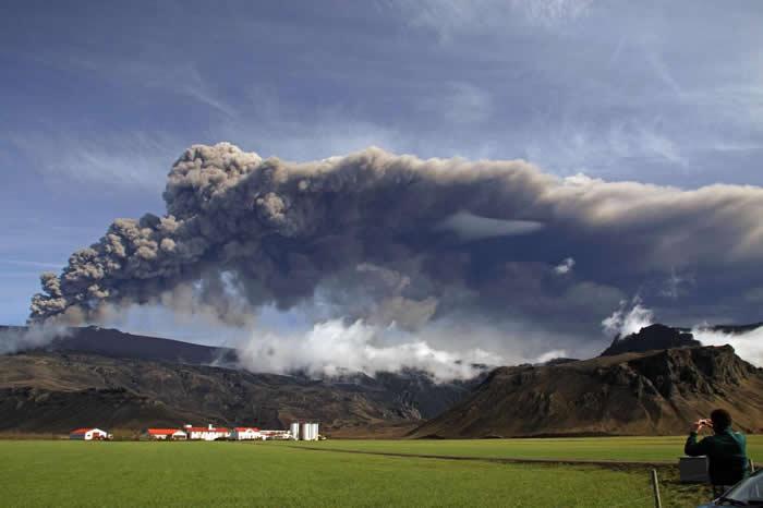 2010年5月,冰岛的艾雅法拉冰盖火山(Eyjafjallajökull)喷发出深色火山灰。远在北方的火山群可能对古埃及有巨大影响。 PHOTOGRA