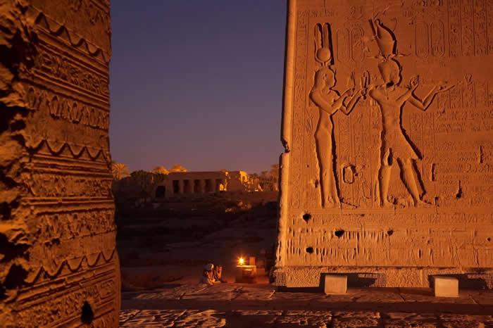 基纳(Qena)附近哈托尔神殿(Temple of Hathor)的浮雕,刻画克丽奥佩特拉与她的儿子凯萨里昂(Caesarion)。火山喷发可能加速终结克丽奥佩