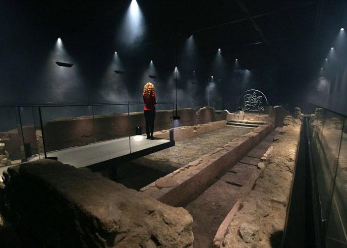 展览馆职员正为开幕作最后准备。
