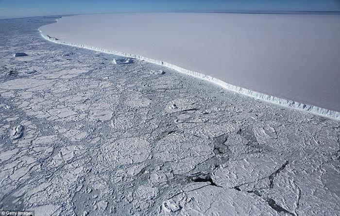 南极拉森冰架崩解 超巨型冰山曝光