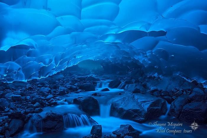 美国阿拉斯加州门登霍尔冰河冰洞内部美照