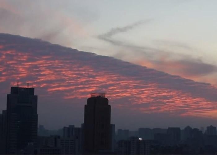 """南京晴空卷起""""火烧云"""",与另一半的蓝天呈现""""冰火两重天""""。"""