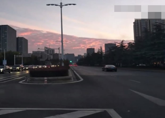 """南京多地都能看到""""火烧云""""的美景。"""
