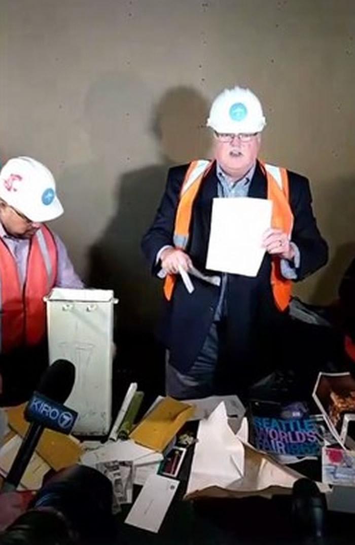 35年前亲自把胶囊埋下的考夫曼,现在也是亲手把它打开。
