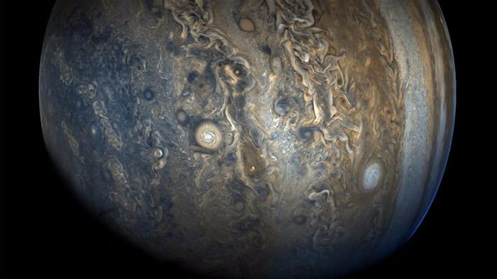 """木星南半球的""""珍珠串""""巨大旋转风暴现象。"""