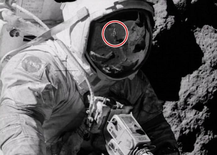 阴谋论家称在美国阿波罗17号登月任务照片中发现有人在月球表面执行任务时穿背心