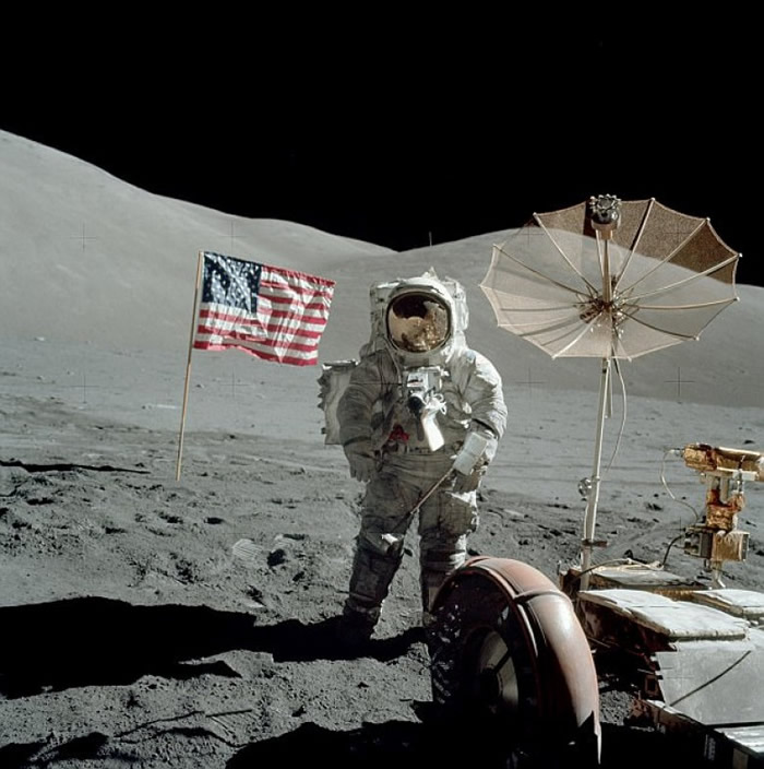 宇航员在月球表面漫步。