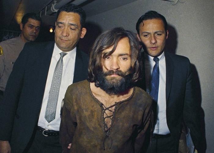 曼森(中)犯案后被捕。