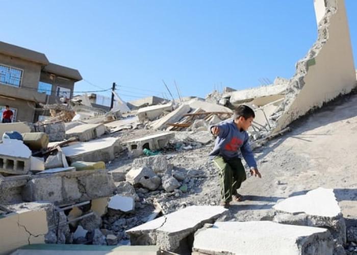 伊拉克早前发生大地震后,有小孩在瓦砾上玩耍。(资料图片)