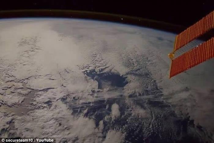 国际空间站宇航员捕捉流星高速冲入地球大气层一刻
