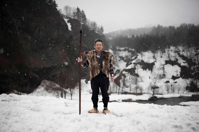 伊藤良一穿着又鬼猎人的传统背心与鞋子。如今猎人只在特殊仪式才穿这种服装,不过有些人仍在打猎时穿着皮衣御寒。 PHOTOGRAPH BY JAVIER CORSO