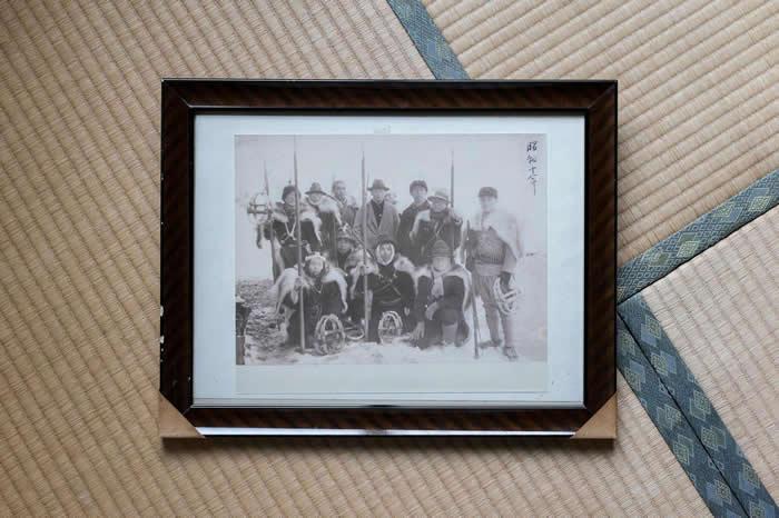 一群鬼猎人,摄于20世纪初。他们以前主要用长矛打猎,直到第二次世界大战开始前不久才换成用来福枪。 PHOTOGRAPH BY JAVIER CORSO
