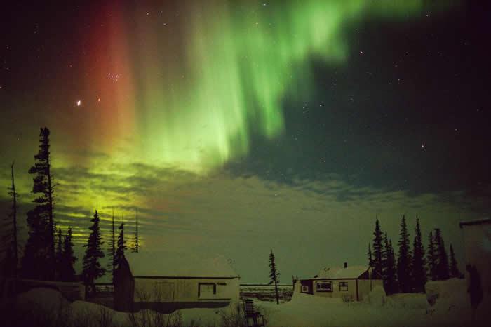 来自太阳的粒子与地球大气层中不同高度或是不同种类的气体交互作用时,就会形成不同颜色的极光。 PHOTOGRAPH BY NORBERT ROSING, NATI