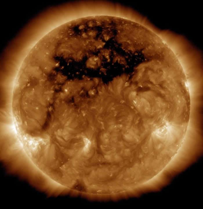 美国航太总署的太阳观测卫星在2015年10月所拍摄到的黑暗日冕洞。 COURTESY OF NASA, SDO