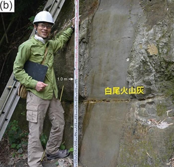 专家在地层现场勘探研究。