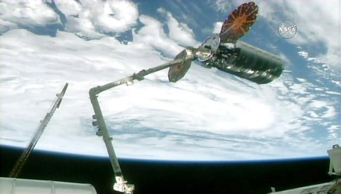 宇航员以太空机器臂抓取该飞船。