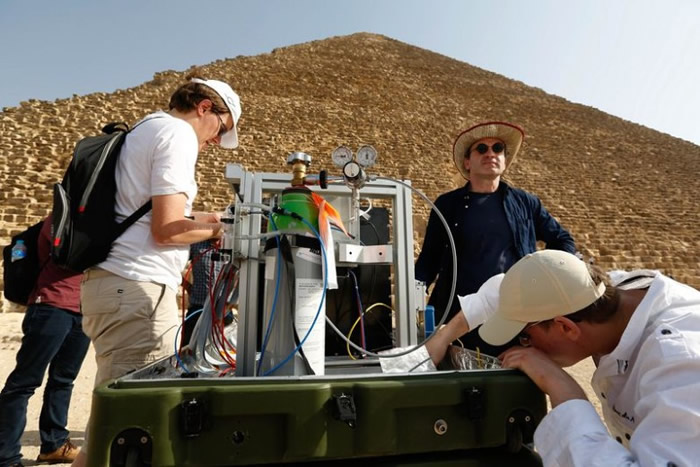 考古学家利用仪器勘测吉萨金字塔内部。
