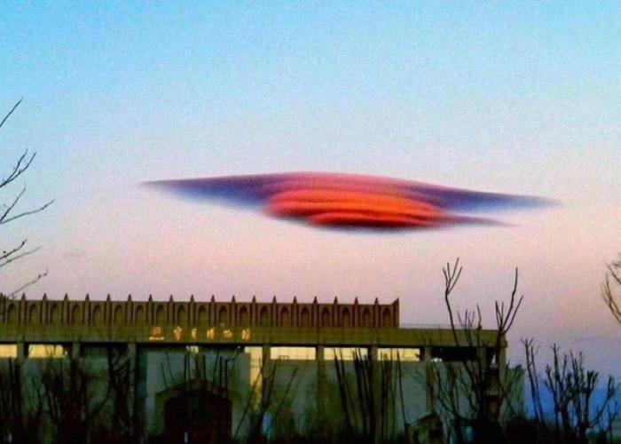 """""""荚状云"""":宁夏银川市上空现飞碟云 民众喊UFO来了"""