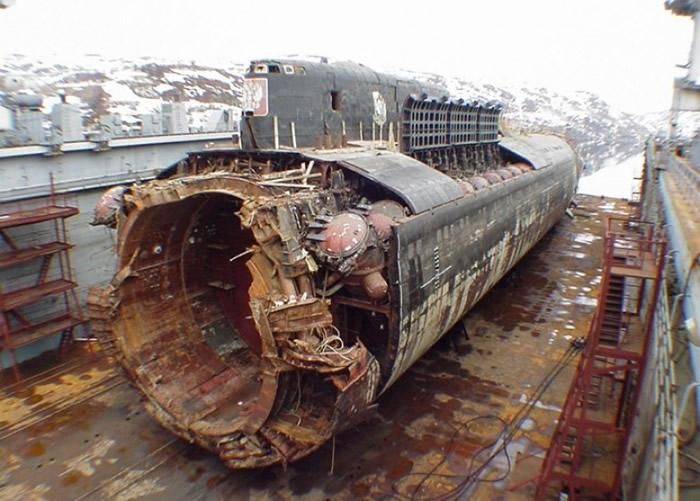 库尔斯克号发生爆炸,造成全体船员死亡。
