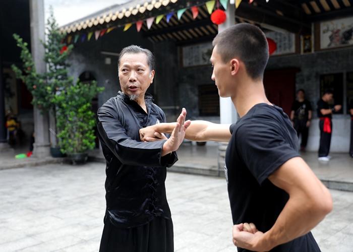 林镇成教徒弟武功要诀,希望他们将洪拳发扬光大。