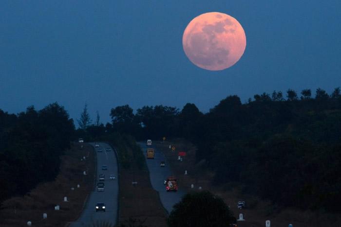 月亮贴在缅甸仰光的地平线上稍高的位置,显得格外的大。