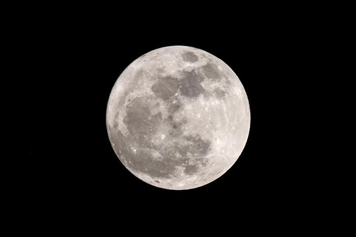 超级月亮高挂香港夜空。