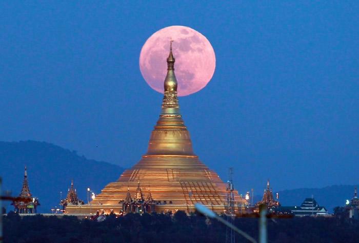 缅甸的宝塔与超级月亮相映成趣。