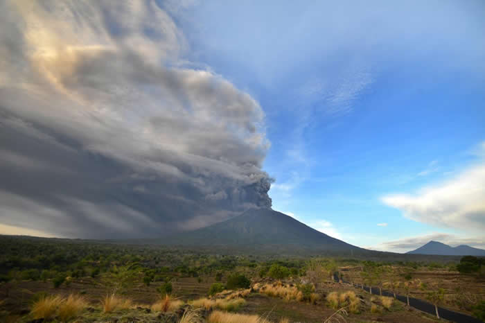 星期日,饱含火山灰的尘云从阿贡火山升起。 PHOTOGRAPH BY SONNY TUMBELAKA, AFP, GETTY IMAGES