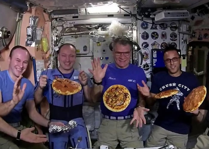 ISS的宇航员展示特别炮制的薄饼。