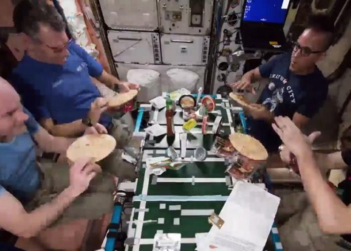 宇航员合力制作美食。