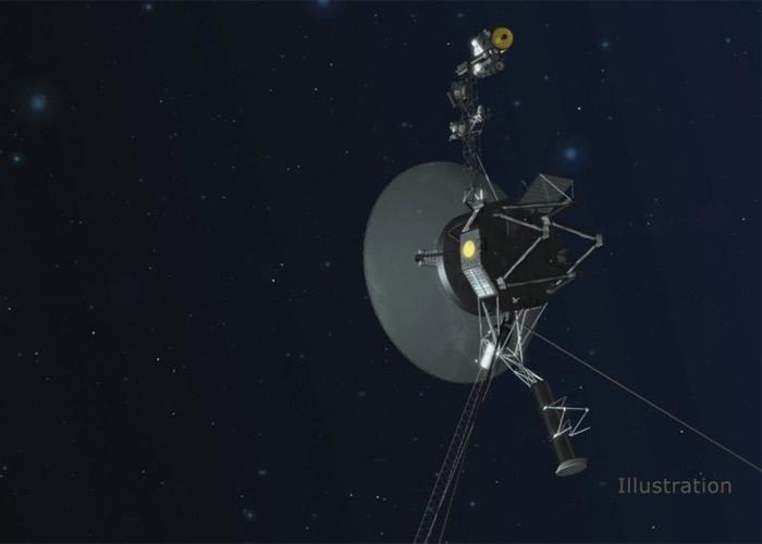 "NASA成功启用后备推进器,图为""旅行者1号""身处外太空的构想图。"