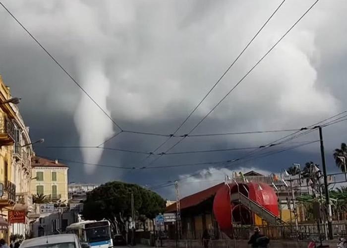意大利西北部城市圣雷莫现龙卷风 途人环抱灯柱防吹走