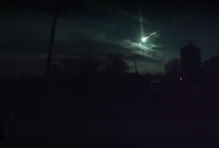 强光划破俄罗斯叶卡捷琳堡夜空 惹陨石坠落疑云