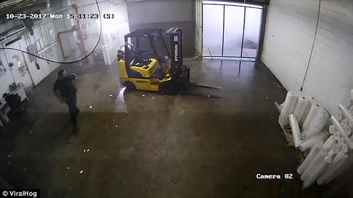 美国南卡罗来纳州工厂遭龙卷风侵袭 15秒内变成废墟