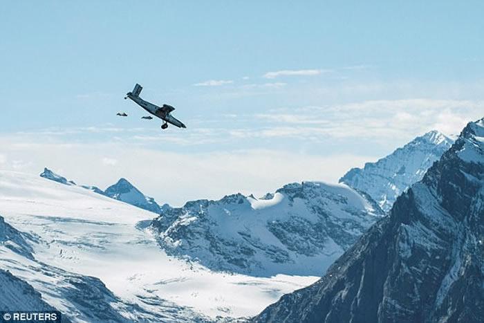 法国极限运动员身穿蝙蝠装由阿尔卑斯山顶一跃而下 滑翔飞入正在飞行的飞机