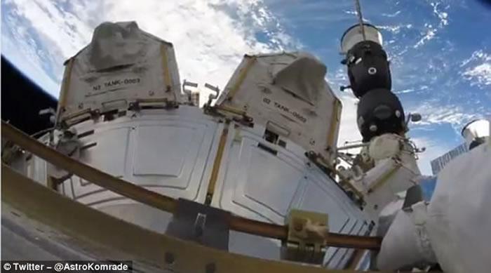国际空间站宇航员忙里偷闲 出舱赏地球美景