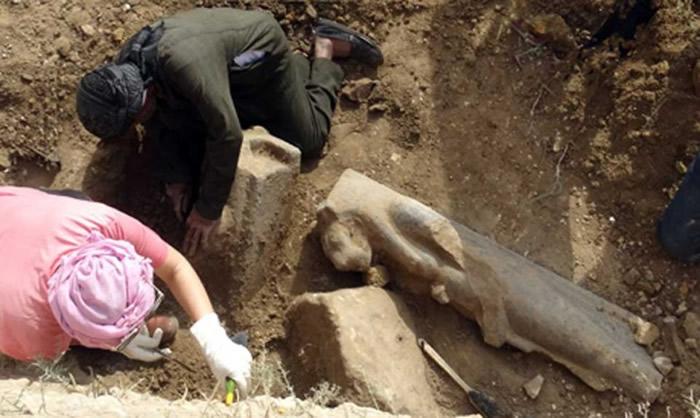 女神像埋于阿孟霍特普三世神殿遗址地底下。