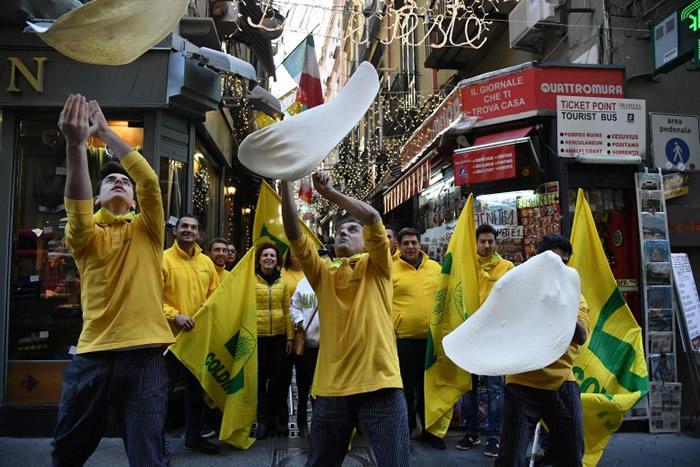 那不勒斯一批厨师齐齐在街上制饼庆祝。