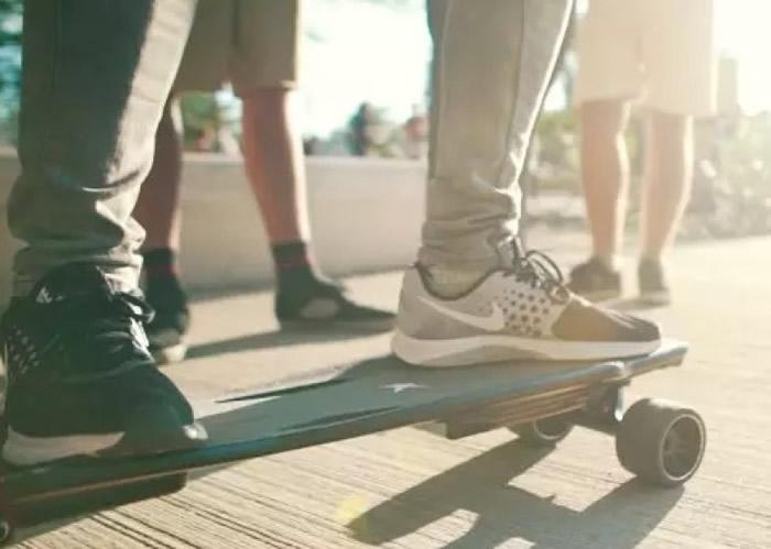 此滑板可自行判断用家在板上的动作。