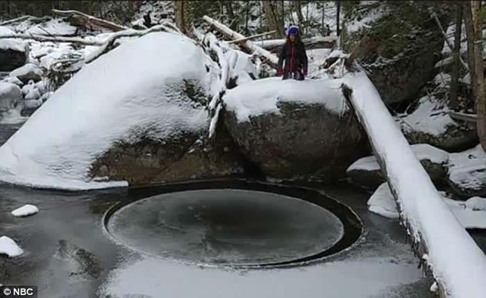 误闯魔法森林?美国纽约州家庭在阿第伦达克山脉拍到会自转的冰块