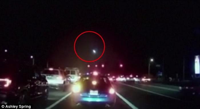 火流星:美国佛罗里达州傍晚大火球划破长空在云层爆炸
