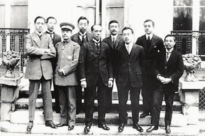 1919年梁启超(前排中)、丁文江(后排左二)等在法国巴黎留影。