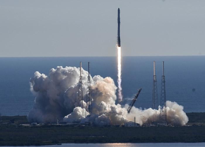 火箭搭载了无人货运飞船。