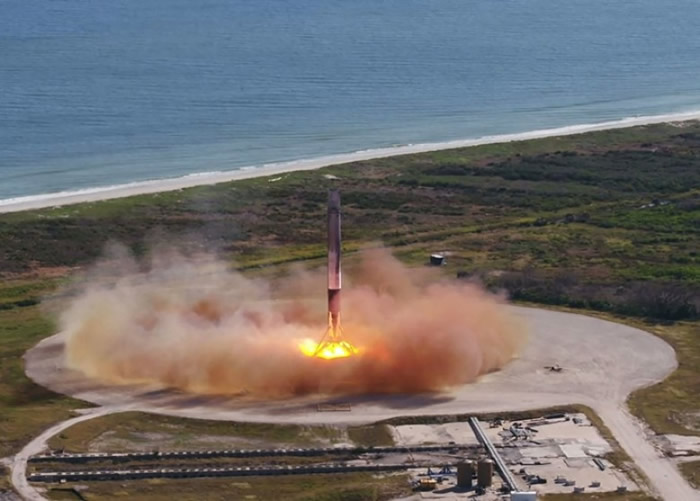 火箭的第一节顺利降落回地面。