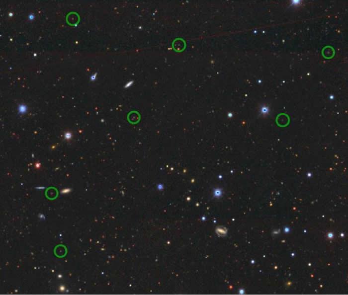 图像显示了研究中观察到的一些辐射线星系的位置(绿色圆圈)与黑暗能量相机传统调查(DECaLS)观察到的大片天空的图像的位置。