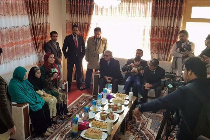 夏帕特.古拉与女儿接受电视台访问。她计画成立一个基金会,希望能让阿富汗妇女与女童接受教育并获得权益。 COURTESY ADMINISTRATIVE OFFIC
