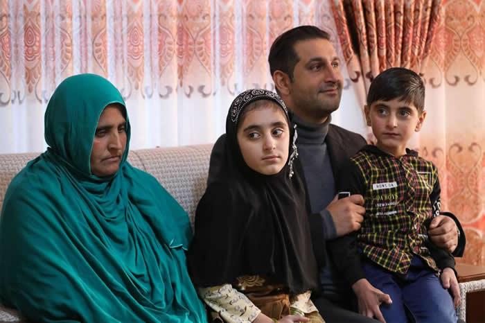 夏帕特.古拉与她的两个孩子出席政府赠与他们房屋的典礼。 COURTESY ADMINISTRATIVE OFFICE OF THE PRESIDENT (AOP