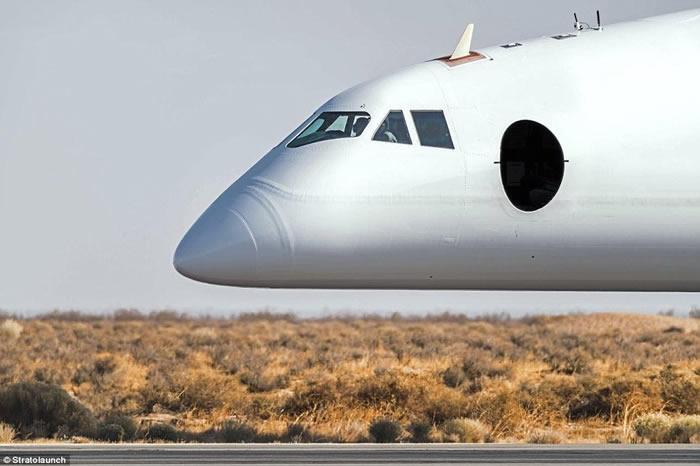 """微软创始人之一保罗艾伦领导研发号称全球最大的飞机""""平流层发射运载者""""完成低速陆上测试"""