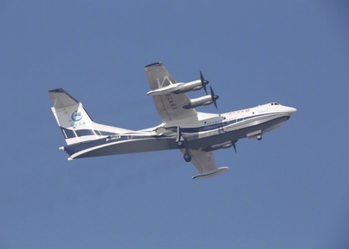 AG600在金湾机场成功首飞。
